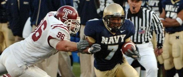 U.S. Naval Academy Midshipman slot back Reggie Campbell (7) out paces Temple Owls lineback